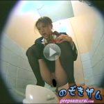 スチュワーデス姿の美女が和式便所に跨る排便動画